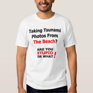 Tomar las fotos del tsunami de la camiseta de la