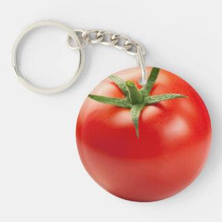 Tomate rojo fresco aislado en el fondo blanco llavero