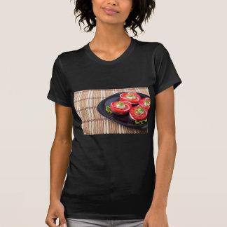 Tomates cortados frescos en un primer de la placa camiseta