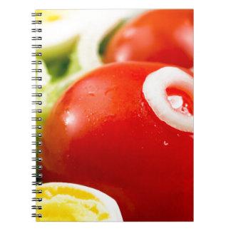Tomates de cereza y huevos hervidos en una cuaderno