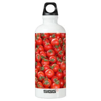 Tomates rojos de la vid botella de agua