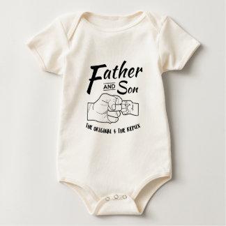 Topetón del puño del padre y del hijo body para bebé