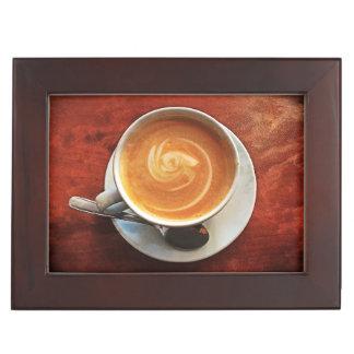Tormenta de la caja de regalo en una taza de café