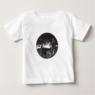 Torre del campanario en el grabar en madera del camiseta de bebé
