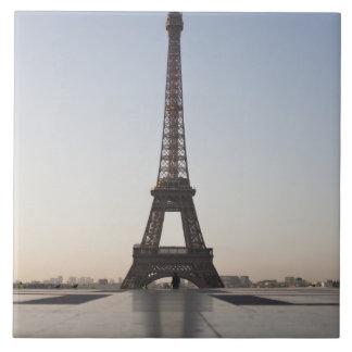 Torre Eiffel en la oscuridad, París, Ile-de-France Azulejo Cuadrado Grande