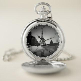 Torre Eiffel en plata del reloj de bolsillo del