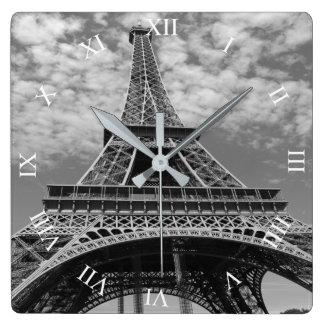Torre Eiffel que mira para arriba el reloj de