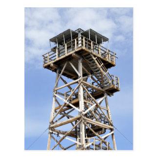 Torre negra del puesto de observación de la mota postal