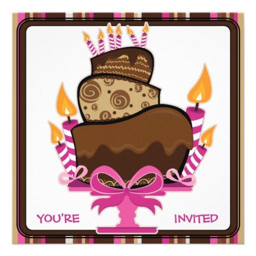 Torta de chocolate y velas de cumpleaños de invita