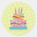 Torta de cumpleaños colorida en fondo verde pegatinas redondas
