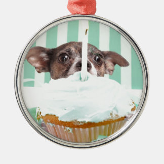 Torta de cumpleaños de la chihuahua adorno navideño redondo de metal