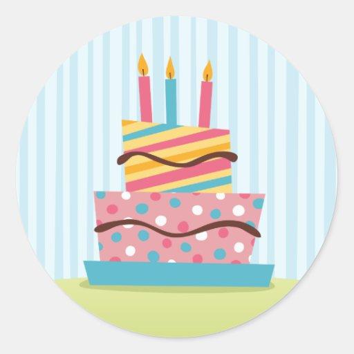 Torta de cumpleaños retra con las velas encendidas etiquetas redondas