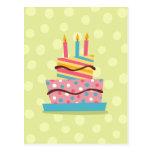 Torta de cumpleaños retra en fondo verde postal