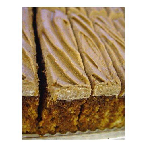 Torta de esponja del chocolate con el buttercream  tarjetones