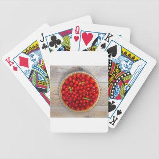 Torta de la fresa con las hojas de menta en una baraja cartas de poker