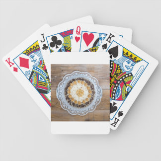 Torta de la nuez de la almendra en la madera baraja de cartas