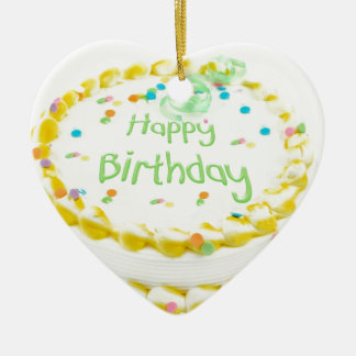 Torta del feliz cumpleaños con verde y amarillo adorno de cerámica en forma de corazón