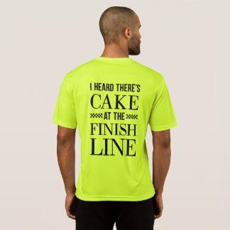 Torta en la camisa del corredor de la meta
