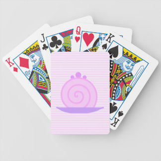 Torta rosada espiral en rayas rosadas barajas de cartas
