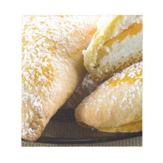 Tortas calientes con el relleno del queso bloc de notas