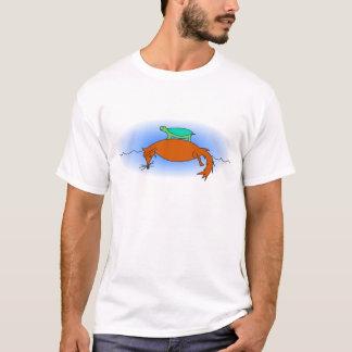 Tortuga acuática que flota en una camiseta del