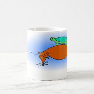 Tortuga acuática que flota en una taza del zorro