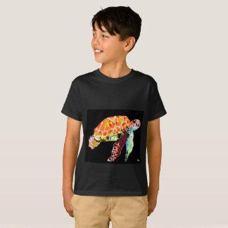 Tortuga de mar de la camiseta del muchacho