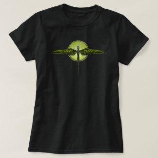 Tótem de la libélula en la camiseta negra de las