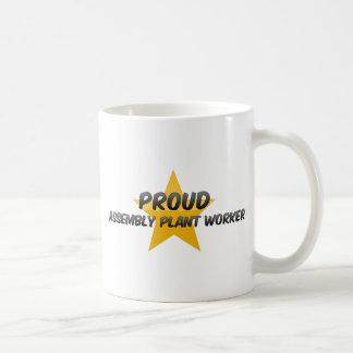 Trabajador orgulloso de la fábrica de montaje taza de café