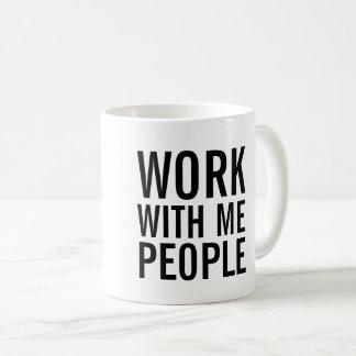 Trabajo conmigo taza de café de la gente