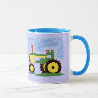 Tractor debajo del cielo azul taza