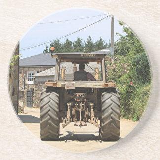 Tractor gris en el EL Camino, España Posavasos