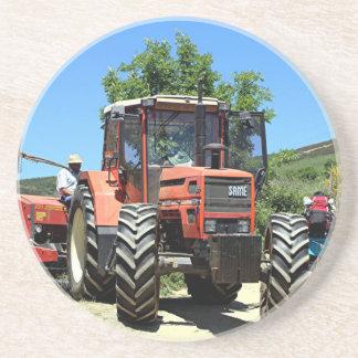 Tractor rojo en el EL Camino, España Posavasos De Arenisca