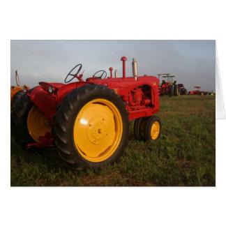 Tractor rojo en la tarjeta de felicitación de la
