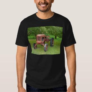 Tractor viejo en la huerta camisetas