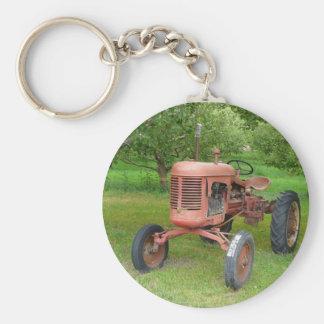 Tractor viejo en la huerta llavero redondo tipo chapa