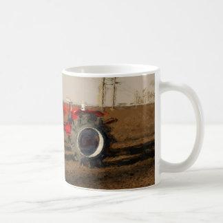 Tractor y tierras de labranza taza de café