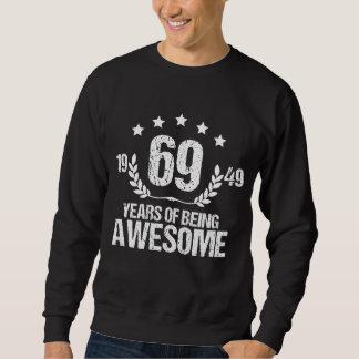 Traje por 69 años. Camisa del cumpleaños