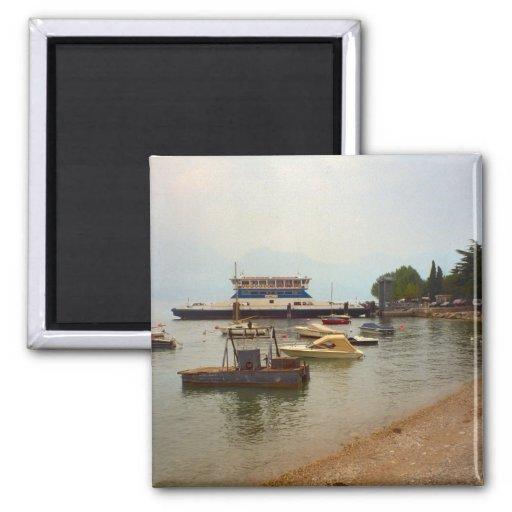 Transbordador a través del lago Como Iman