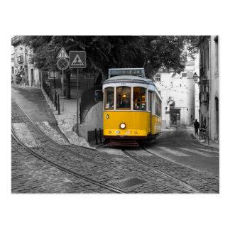 Tranvía amarilla clásica en Lisboa Postal