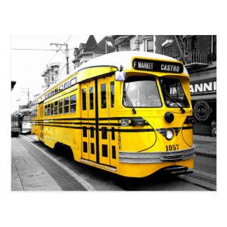 Tranvía histórico con color amarillo llamativo postal