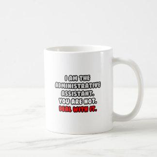 Trato con él… ayudante administrativo divertido taza de café