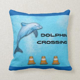 Travesía del delfín cojín decorativo
