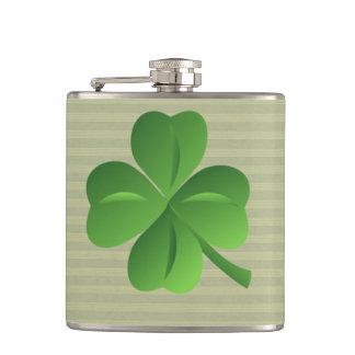 Trébol afortunado irlandés de moda con clase petaca
