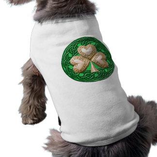 Trébol del oro en la camisa céltica del perro de