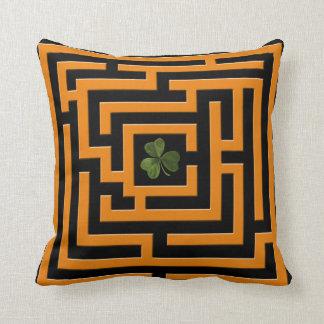 Trébol en el desafío anaranjado 2 del laberinto en cojín decorativo