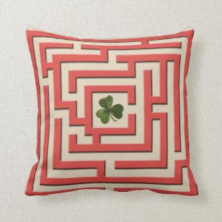Trébol en el desafío rojo 2 del laberinto en 1 cojín decorativo