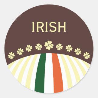 Trébol irlandés con colores de la bandera pegatina redonda