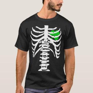 Trébol irlandés de la radiografía del pecho con la camiseta