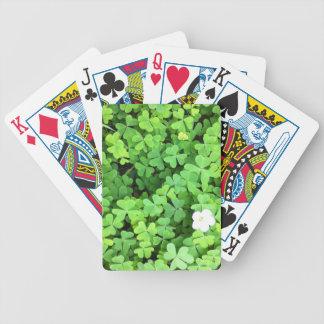 Trébol verde que crece en primavera con la flor baraja cartas de poker